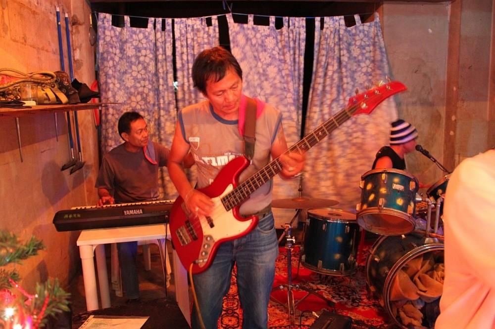 merlenes-eatery-live-band-cebu-nov-27-2010-085
